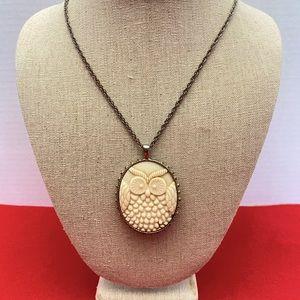 🌻 Vintage MOD Big Owl Pendant Necklace Gold Ivory